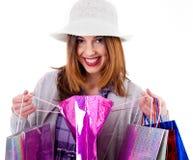 Mujer que muestra sus bolsos de compras Imágenes de archivo libres de regalías