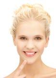 Mujer que muestra sus dientes Fotografía de archivo libre de regalías