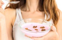 Mujer que muestra un cuenco de yogur de fruta Fotografía de archivo libre de regalías