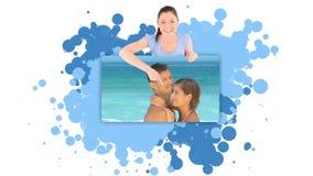 Mujer que muestra un par que abraza en la playa almacen de metraje de vídeo