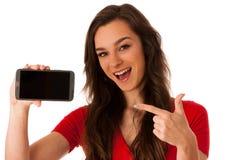 Mujer que muestra una nota feliz sobre su smartphone Foto de archivo