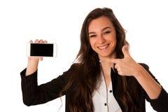 Mujer que muestra una nota feliz sobre su smartphone Imagen de archivo