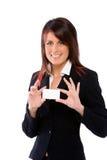 Mujer que muestra una tarjeta Imágenes de archivo libres de regalías