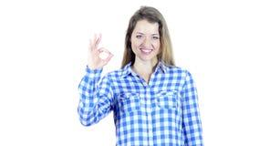 Mujer que muestra a Victory Sign, fondo blanco, jóvenes,
