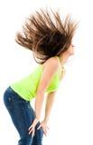 Mujer que mueve de un tirón su pelo Imagen de archivo libre de regalías