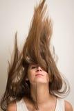 Mujer que mueve de un tirón su pelo para arriba Fotos de archivo libres de regalías