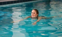 Mujer que nada arrastre delantero en piscina pública Imágenes de archivo libres de regalías
