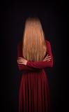 Mujer que oculta la cara fotos de archivo libres de regalías