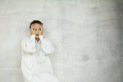 Mujer que oculta su cara Imagen de archivo libre de regalías