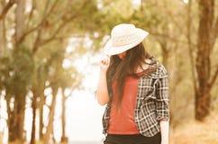 Mujer que oculta su cara con un sombrero foto de archivo