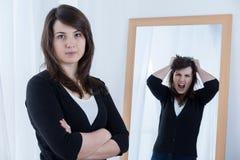 Mujer que oculta sus emociones Foto de archivo