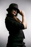 Mujer que oculta sus ojos en sombra Imagen de archivo libre de regalías