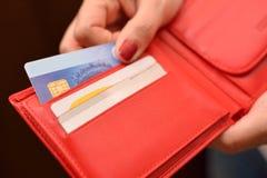 Mujer que paga con la tarjeta de crédito Fotografía de archivo libre de regalías