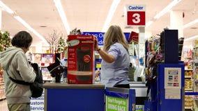 Mujer que paga el calentador de Honeywell almacen de metraje de vídeo