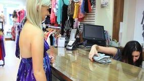 Mujer que paga en hasta con la tarjeta de crédito metrajes