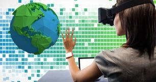 Mujer que parece bajo polivinílica sobre los vidrios de VR Imagen de archivo