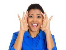 Mujer que parece chocada sorprendido en manos completas de la incredulidad en cara Foto de archivo