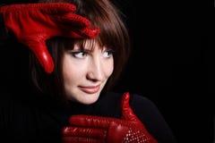 Mujer que parece derecha de obscuridad Fotografía de archivo libre de regalías