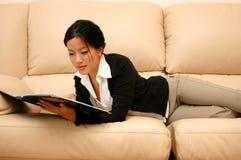 Mujer que pasa con un informe Imágenes de archivo libres de regalías