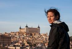 Mujer que pasa por alto Toledo España Fotografía de archivo