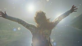 Mujer que pasa por alto una vista del mar almacen de video