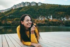 Mujer que pasa tiempo por el lago Imágenes de archivo libres de regalías