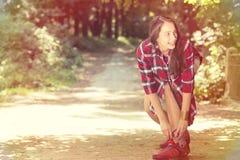 Mujer que patina en parque del verano de la primavera Imagen de archivo libre de regalías