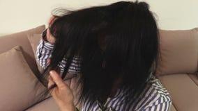 Mujer que peina el pelo dañado metrajes