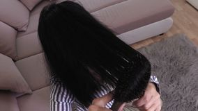 Mujer que peina el pelo dañado almacen de metraje de vídeo