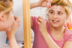 Mujer que pela apagado la máscara del gel de la cara Foto de archivo libre de regalías
