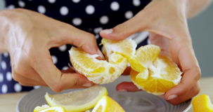 Mujer que pela la naranja metrajes