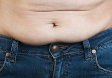 Mujer que pellizca gorda de su abdomen Fotografía de archivo libre de regalías