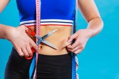 Mujer que pellizca la cintura para la prueba de doblez de la piel Fotos de archivo libres de regalías