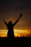 Mujer que permanece con las manos levantadas Fotos de archivo