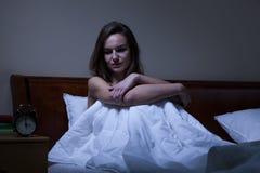 Mujer que permanece despierta en la noche Imagen de archivo