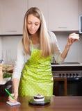 Mujer que pesa las tortas Imagen de archivo libre de regalías