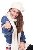 Mujer que pide que subamos desgastando una bufanda Foto de archivo libre de regalías