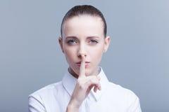 Mujer que pide silencio Foto de archivo libre de regalías