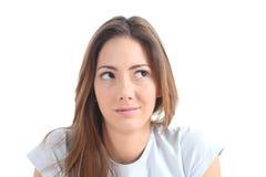 Mujer que piensa con sus ojos que miran la cara Imágenes de archivo libres de regalías