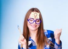 Mujer que piensa el bulbo ligero de la idea en la cabeza, porciones creativas de la muchacha de ideas Imagenes de archivo