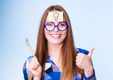 Mujer que piensa el bulbo ligero de la idea en la cabeza, porciones creativas de la muchacha de ideas Imagen de archivo libre de regalías