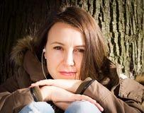 Mujer que piensa en algo, pareciendo presionado Fotografía de archivo