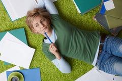 Mujer que piensa en piso Fotografía de archivo libre de regalías