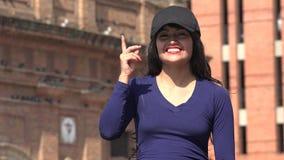 Mujer que piensa teniendo un sombrero y una peluca que llevan de la idea metrajes