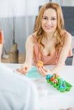 Mujer que pinta los huevos de Pascua Imagen de archivo libre de regalías