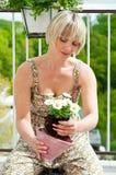 Mujer que planta las flores Fotografía de archivo