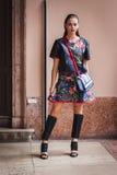 Mujer que plantea a los desfiles de moda exteriores de Byblos que construyen para la semana 2014 de la moda de Milan Women Imagen de archivo libre de regalías