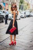 Mujer que plantea a los desfiles de moda exteriores de Byblos que construyen para la semana 2014 de la moda de Milan Women Imagen de archivo