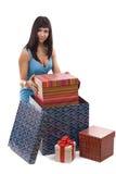 Mujer que pone el giftbox en el conjunto Imagen de archivo