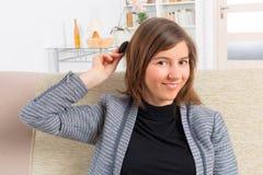 Mujer que pone en el implante coclear Fotos de archivo libres de regalías
